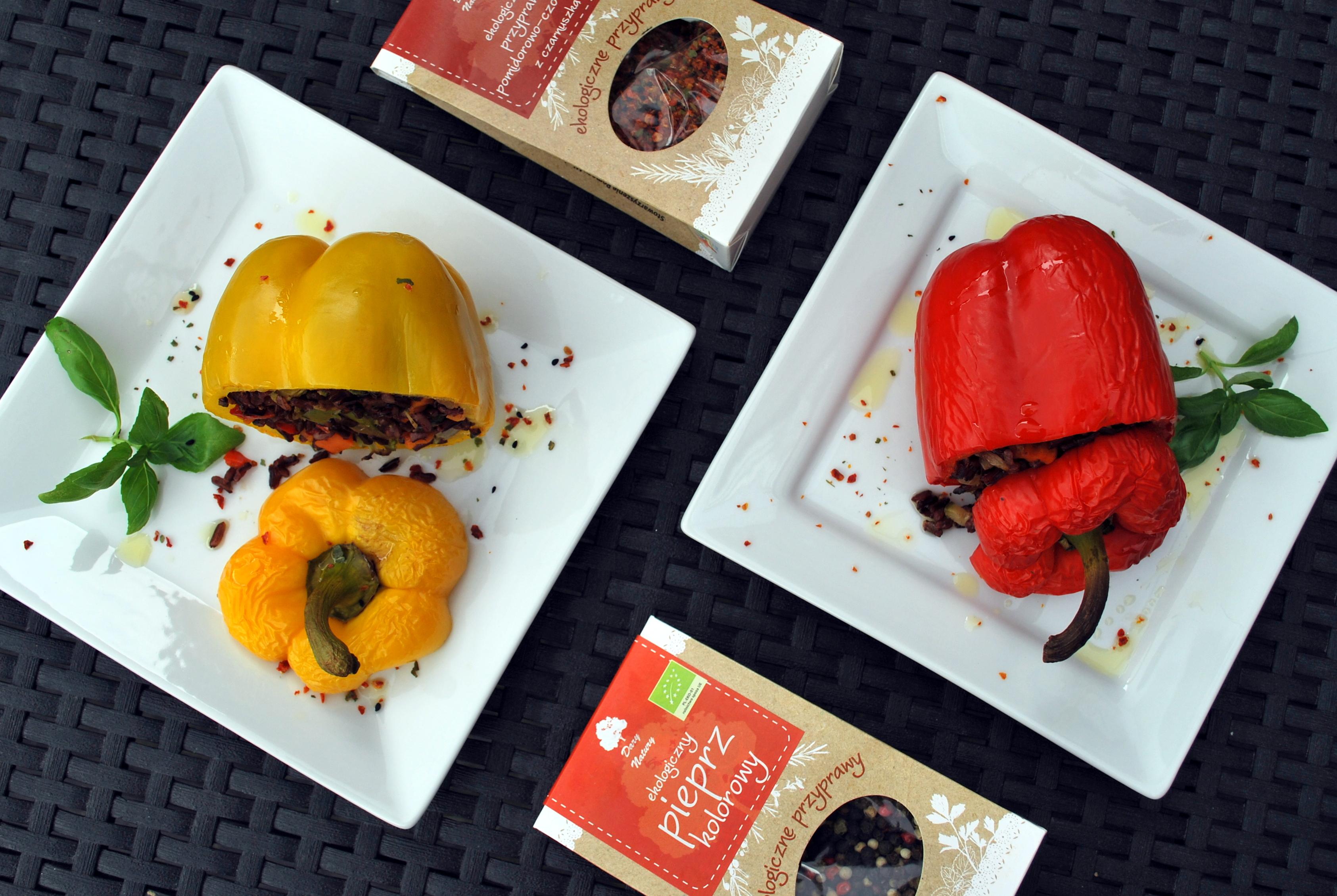 Pieczona papryka faszerowana z ryżem czarnym i warzywami