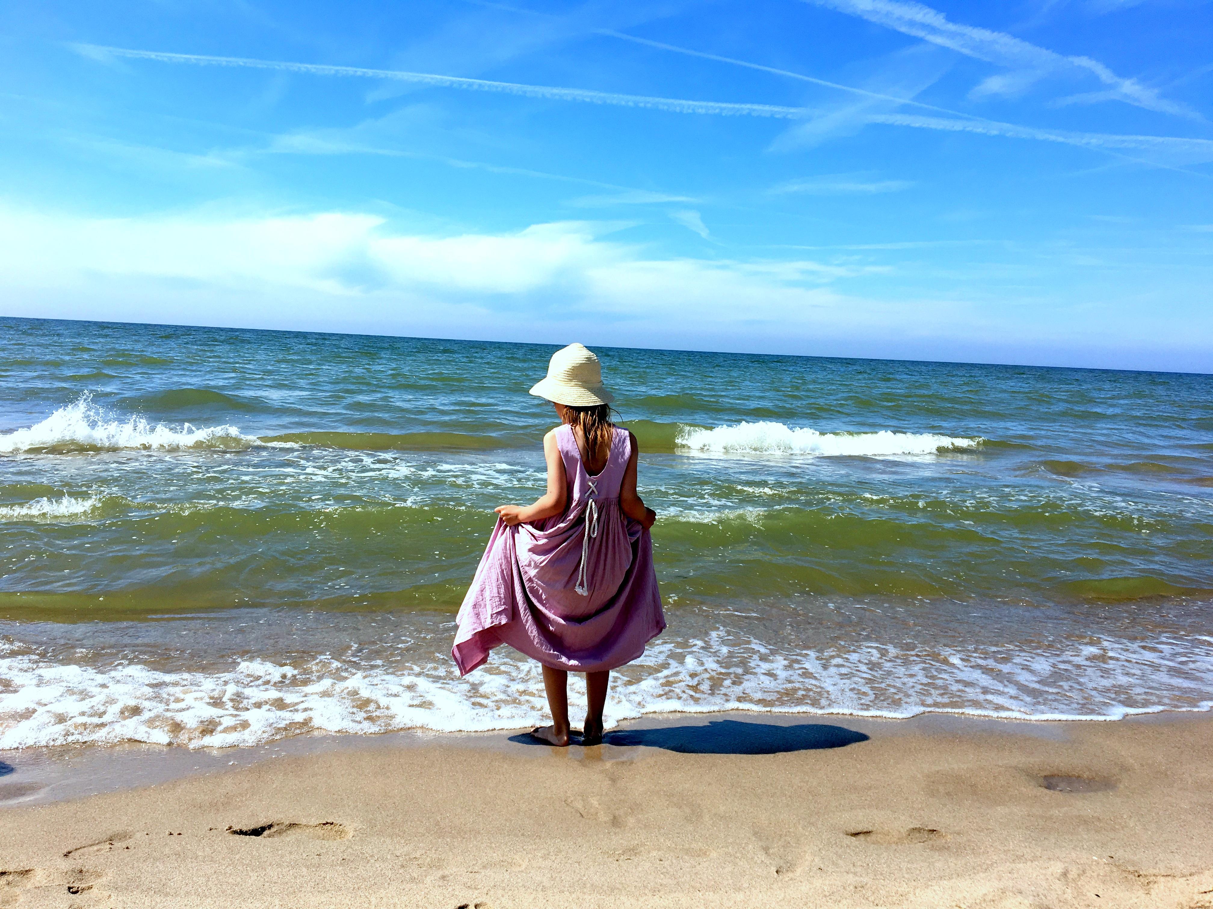 Dziewczynka w sukience na plaży